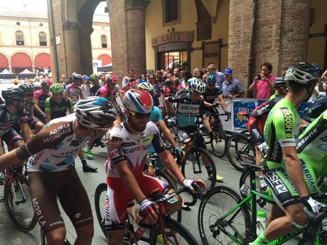 Il Giro d'Italia saluta il centro storico di Imola