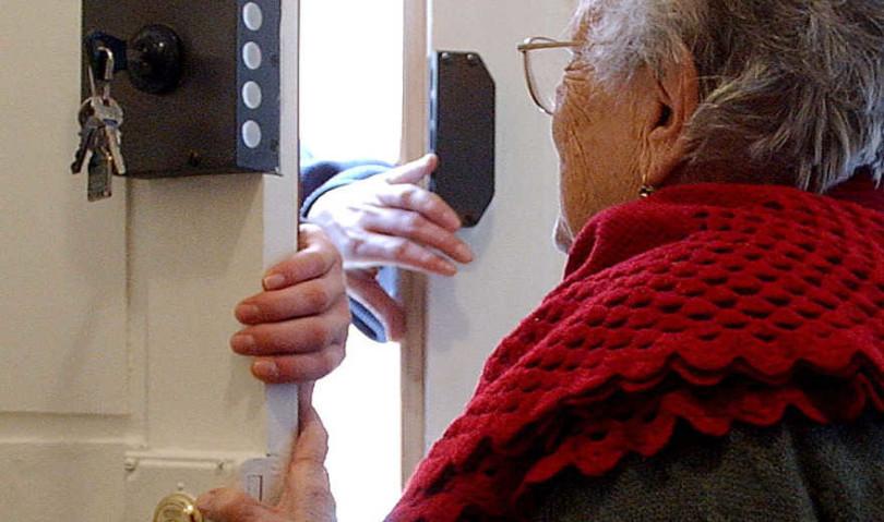 Rubano 800 euro a un'anziana, ma erano pedinati. Arrestati.