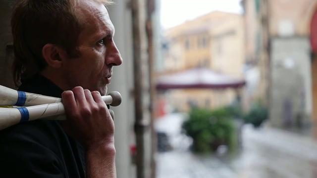 Il dramma degli apolidi: la storia di Velimir che per vivere fa il giocoliere a Imola