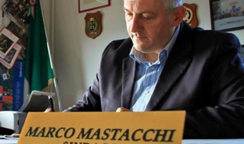 """""""Non ho più soldi per i servizi"""". Sindaco esasperato va a Roma dal premier. A piedi"""