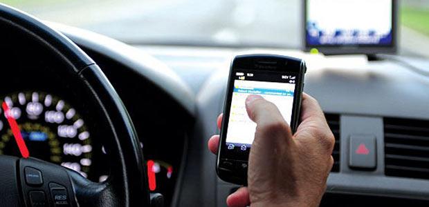 Guida con il cellulare e mancata revisione: pioggia di sanzioni dall'inizio dell'anno