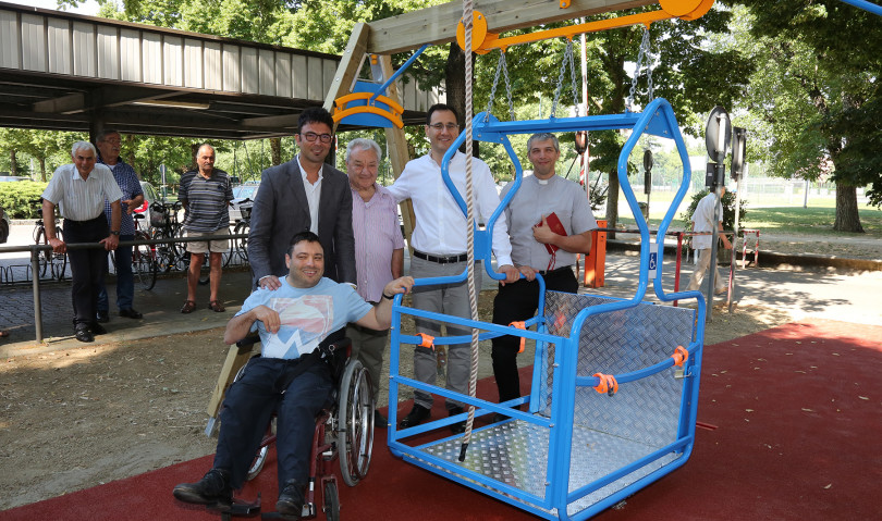 Inaugurata a Imola un'altalena per disabili