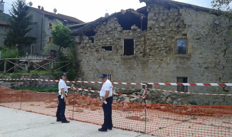 Due agenti della municipale del Circondario attivi sui luoghi del sisma