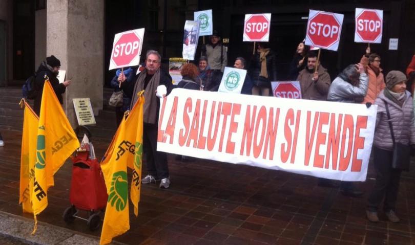 """""""No alla sopraelevazione della discarica"""", protesta sotto la sede della Regione"""