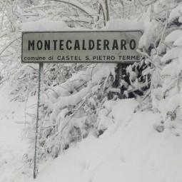 Maltempo, mezzi all'opera. Tanta neve a Montecalderaro