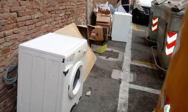 Ancora rifiuti nei pressi del Duomo, a quando le multe?