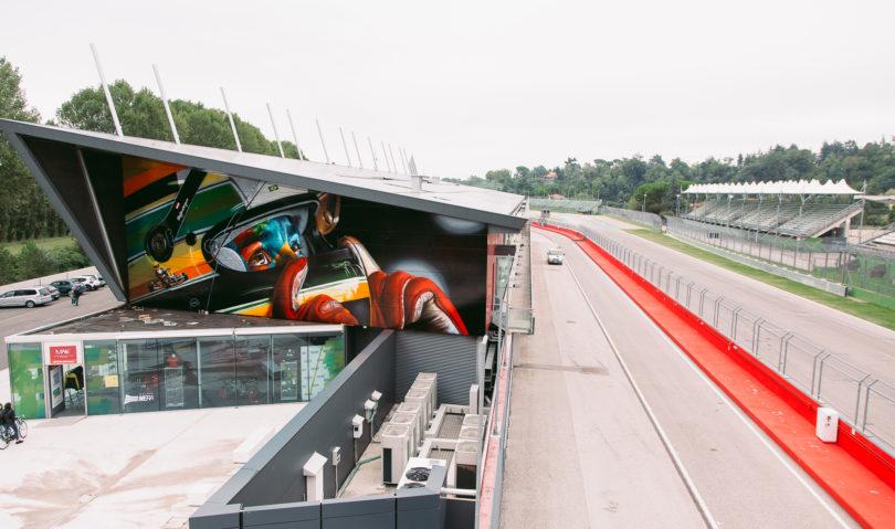 Omaggio a Senna sulla facciata del museo dell'Autodromo. L'opera dell'artista Kobra